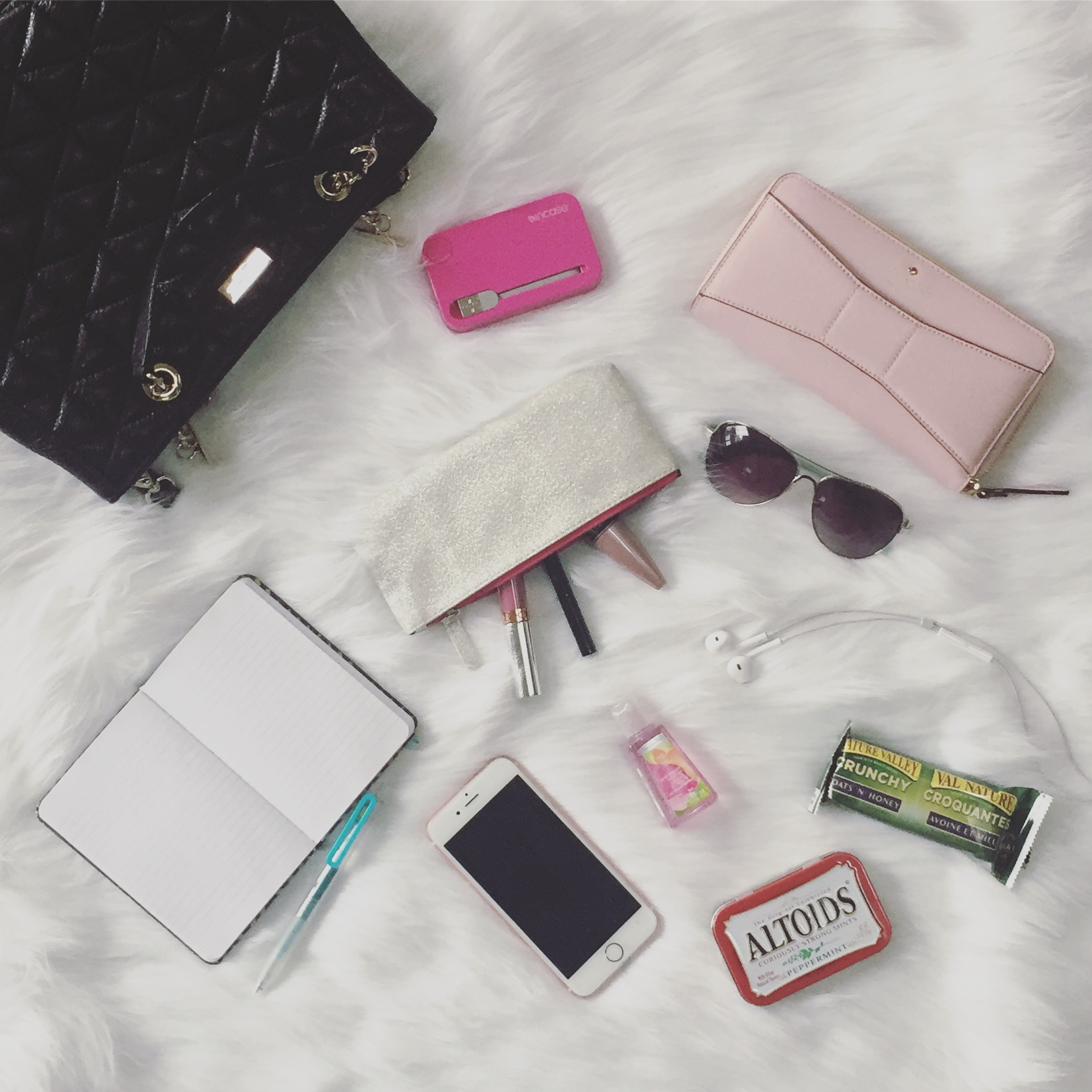 Handbags 101: 10 Things Every Woman Should Keep In Her Purse!